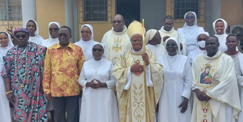 Mgr Marie Daniel Dadiet entouré des deux sœurs célébrées.(DR)