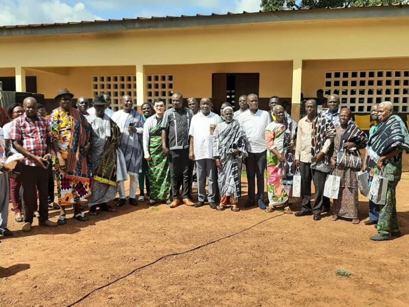 Anciens et nouveaux instituteurs en compagnie des organisateurs et des chefs traditionnels. (DR)