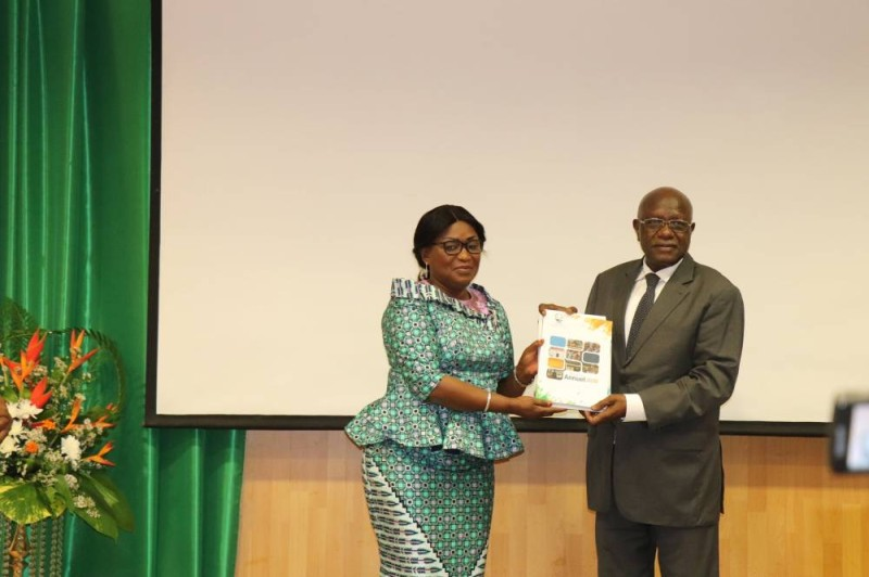 Mme Namizata Méité Sangaré remettant officiellement le rapport 2020 sur les droits de l'homme en Côte d'Ivoire au ministre Gilbert Kafana (DR)