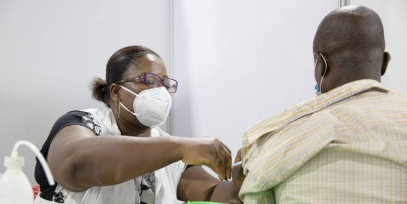 Un homme se fait vacciner contre la COVID-19 au centre de vaccination du Parc des Sports de Treichville, Abidjan Côte d'Ivoire. (Erick Kaglan, Banque mondiale).