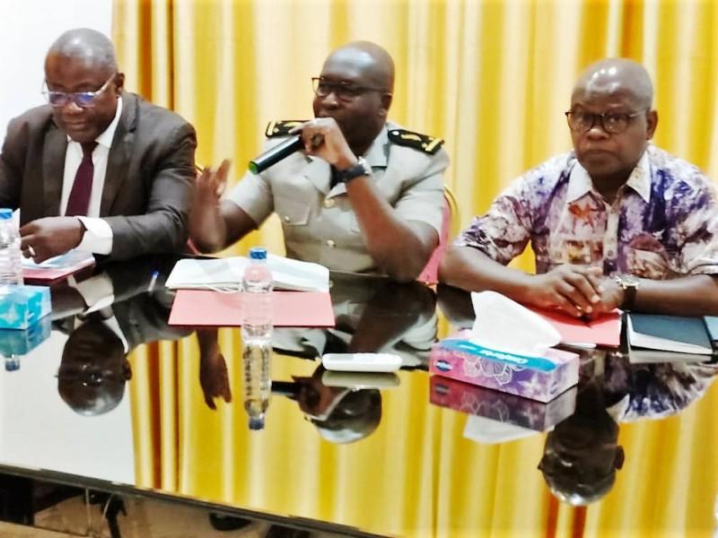 Le sous-préfet de Tiapoum, représentant sa collègue de Nouamou (au centre), député Bakary Kamara  et M. Ido Adama de l'Onep (DR).