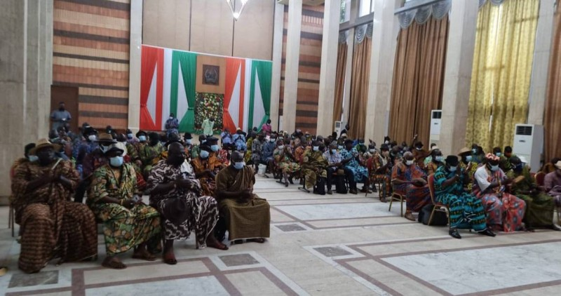 Les 63 chefs atchan à la rencontre avec le préfet d'Abidjan, à la salle Houphouët Boigny de l'hôtel du district.
