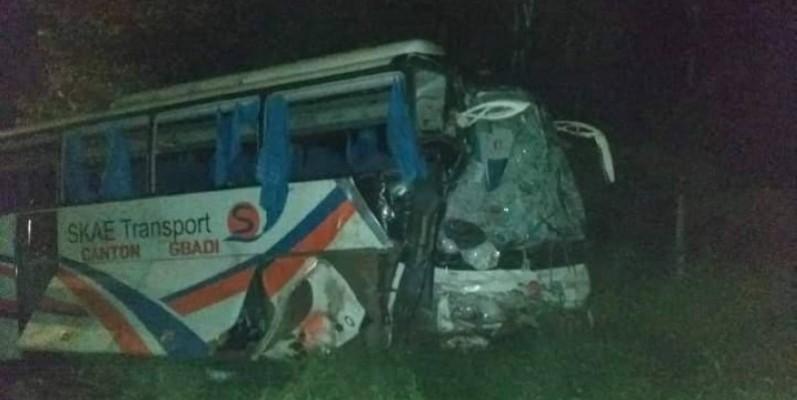 Une semi-remorque et un car de transport sont entrés en collision. (DR)