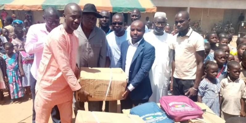 Plusieurs kits scolaires distribués aux élèves de cette communes. (DR)
