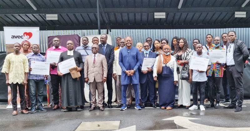 """Les bénéficiaires ont posé avec les responsables de l'ONG """"Avec le Cœur"""" pour la postérité. (Photo : DR)"""